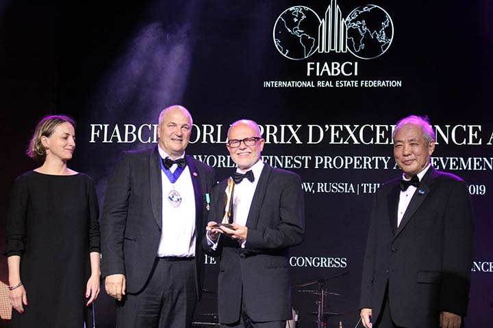 Verleihung des FIABCI Awards (v.l.n.r.): Assen Makedonov, FIABCI World President, Günter Lang, LANG consulting, Chen Ming Cheu, President of FIABCI World Prix d'Excellence Awards Committee; Credits: LANG consulting